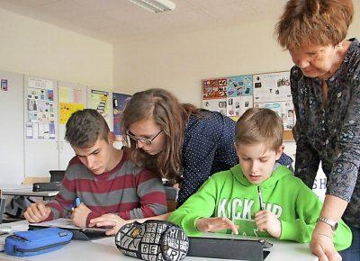 Nachrichten werden Cottbuser Schülern auf dem Tablet serviert