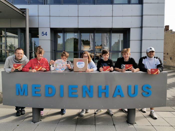 Schüler der siegreichen Klasse 9a und Lehrer Kevin Pilny von der Spreeschule Cottbus nahmen den Pizzagutschein für die gesamte Klasse persönlich im Medienhaus entgegen.
